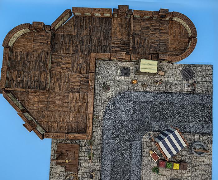 Edificio Town & Village con ángulos y curvas