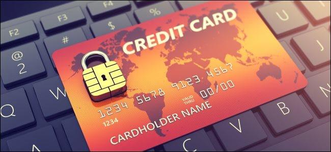 Una tarjeta de crédito en un teclado de computadora.