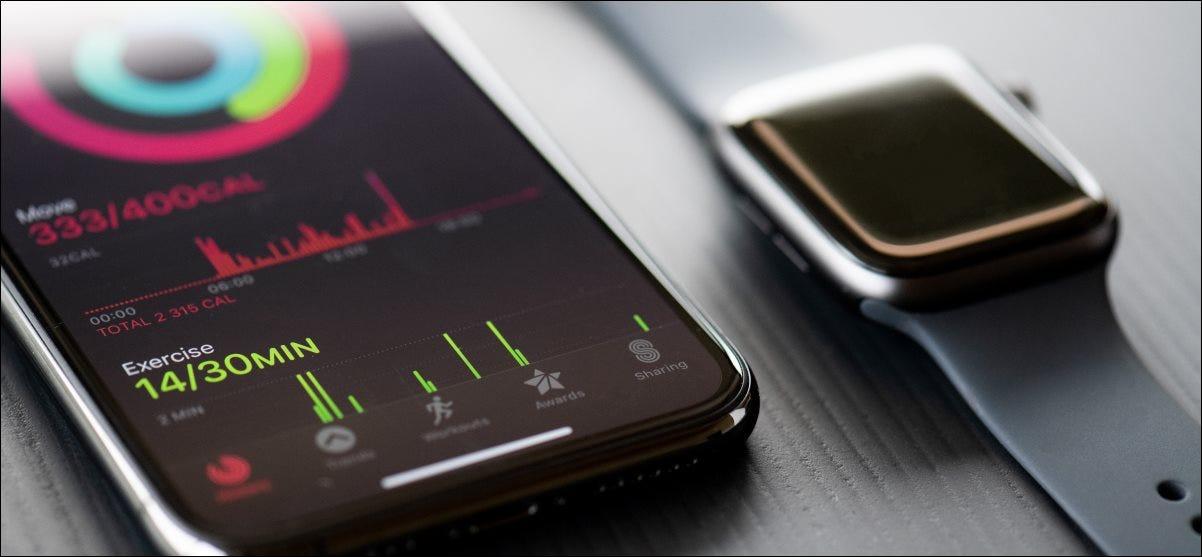 Un Apple Watch Series 5 junto a un iPhone 11 Pro.
