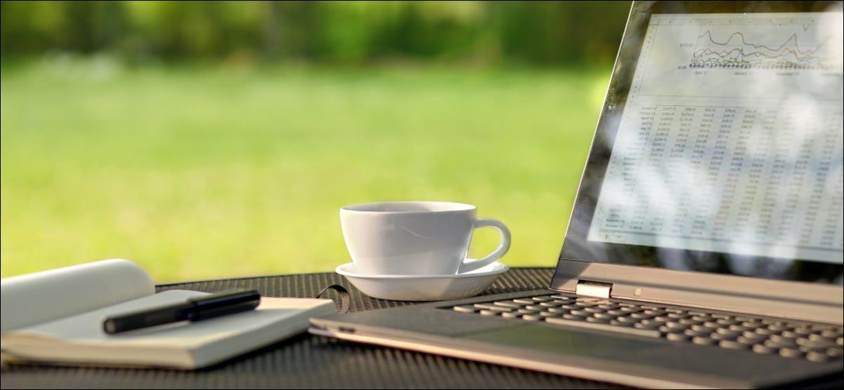 Un portátil sentado en una mesa al aire libre en un día soleado.