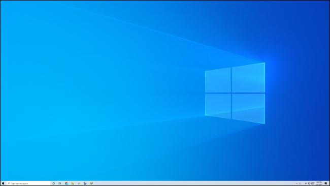 Un escritorio y una barra de tareas limpios y vacíos de Windows 10.