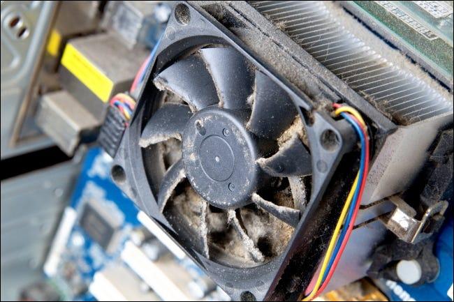Un ventilador polvoriento dentro de la carcasa de una PC.