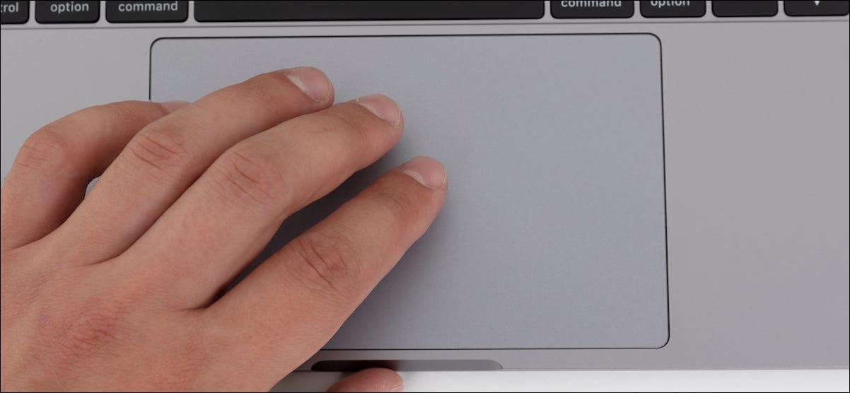 Usuario de MacBook que arrastra Windows con tres gestos de dedos