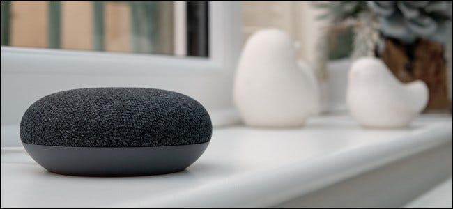 Google Home Mini sentado en el alféizar de una ventana