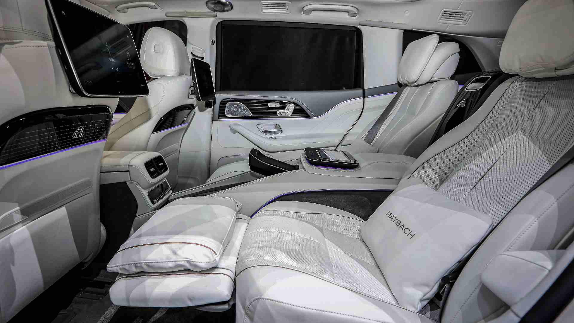 Los asientos traseros reclinables cuentan con función de masaje y reposapiernas eléctrico.  Imagen: Mercedes-Benz