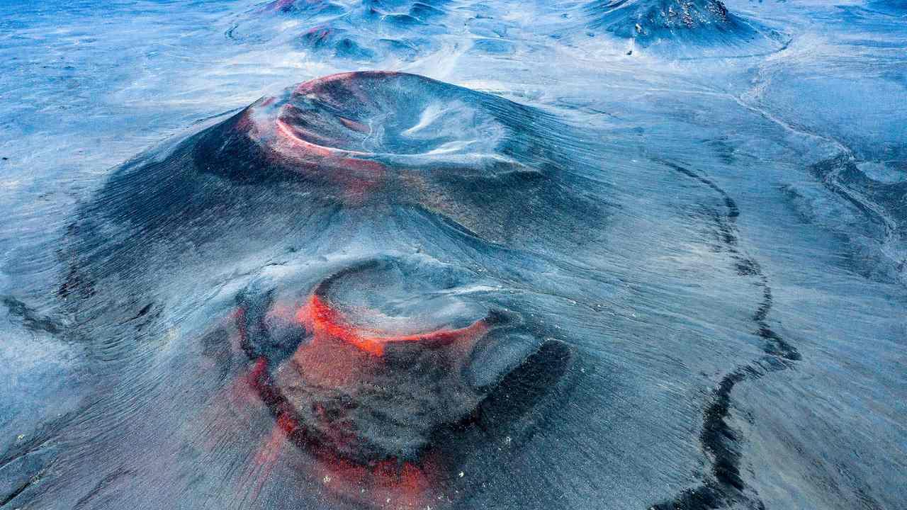 El electricista y fotógrafo español Fran Rubia fue el ganador de la categoría Paisajes, Paisajes Acuáticos y Flora con su imagen de dron titulada 'Otro Planeta' de un volcán extinto en la Reserva Natural de Fjallabak, Islandia.  El rojo visible en la imagen es óxido de hierro que está siendo golpeado por el sol de medianoche de Islandia.