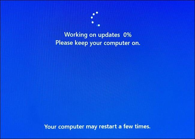 Durante la instalación, su PC se reiniciará varias veces y verá una pantalla de progreso azul.