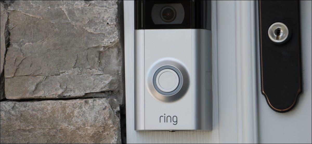Un timbre con video Ring montado en el marco de una puerta.