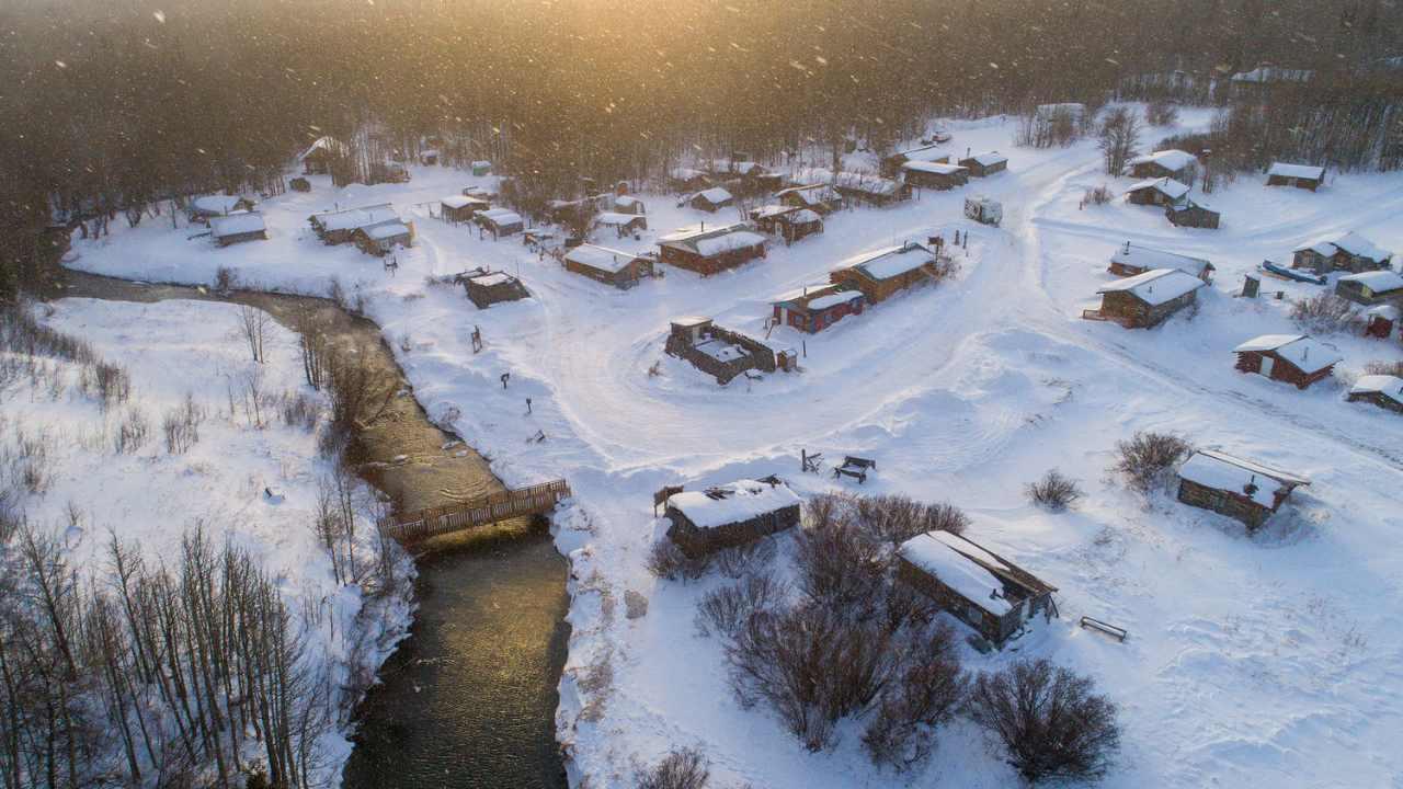 El canadiense Peter Mather ganó la categoría 'Fuera de lo ordinario' en el Concurso Big Picture 2021 por su título de imagen 'Klukshu Ice Bears'.  Los osos grizzly retrasan su hibernación para pescar salmón en temperaturas bajo cero que los dejan cubiertos de carámbanos que cuelgan de su diversión y tintinean cuando caminan.