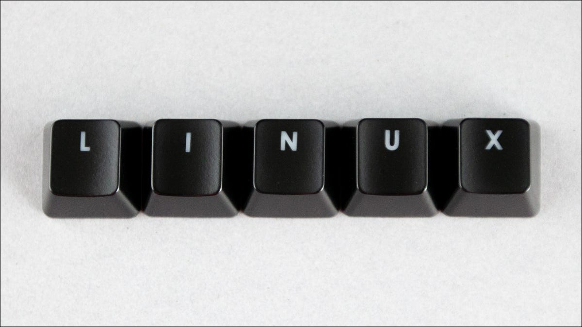Linux escrito con teclas negras sobre un fondo blanco.
