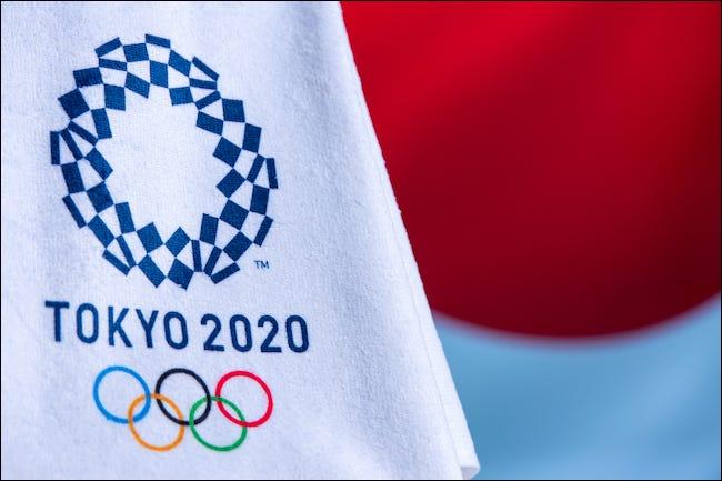 Logotipo de Tokio 2020 en una bandera olímpica