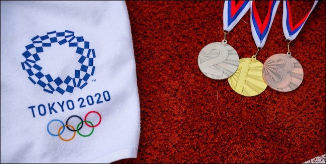 Logotipo de Tokio 2020 con metales de oro, plata y bronce