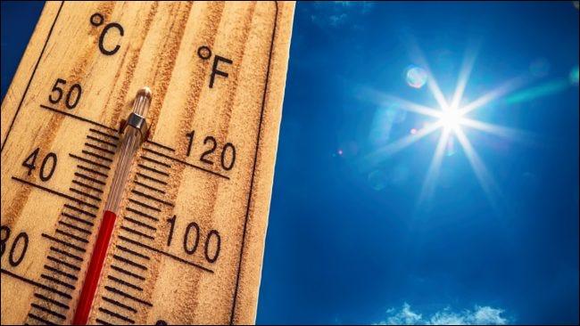 Un termómetro ascendente a la luz del sol.