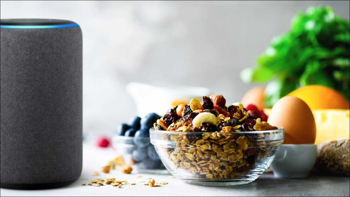 Dispositivo Alexa con comestibles en la mesa.
