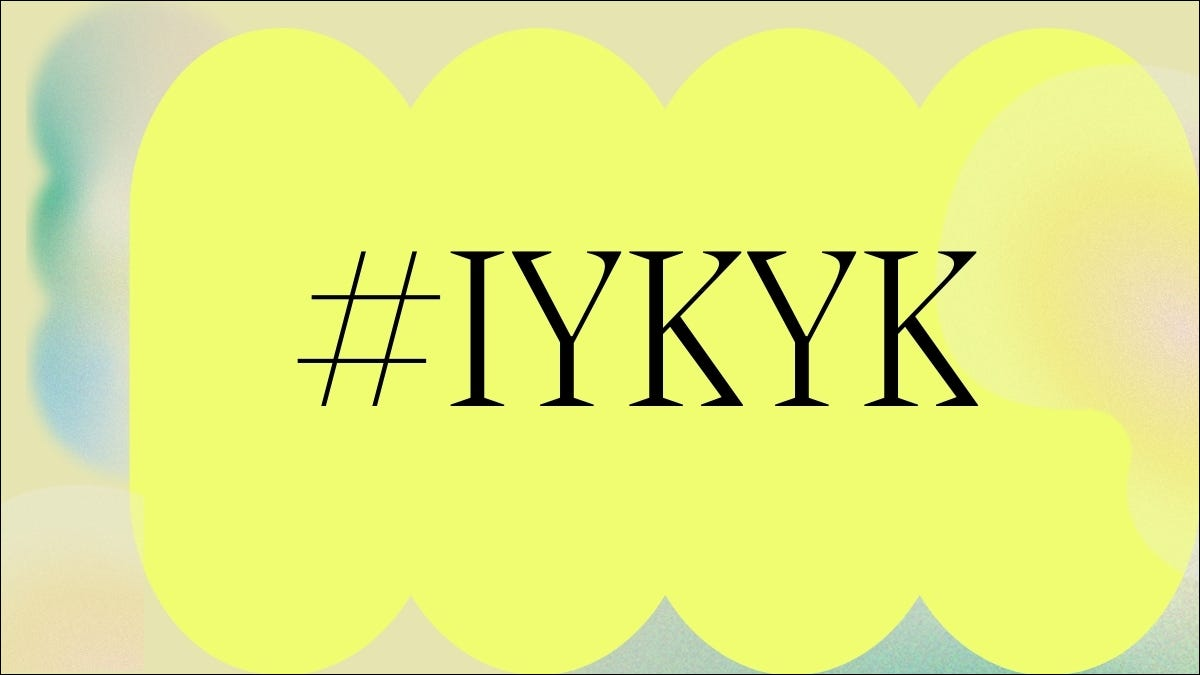IYKYK Hashtag fondo amarillo