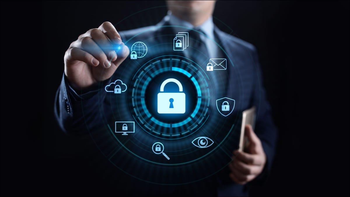 Ilustración de un icono de candado de seguridad frente a una persona adecuada