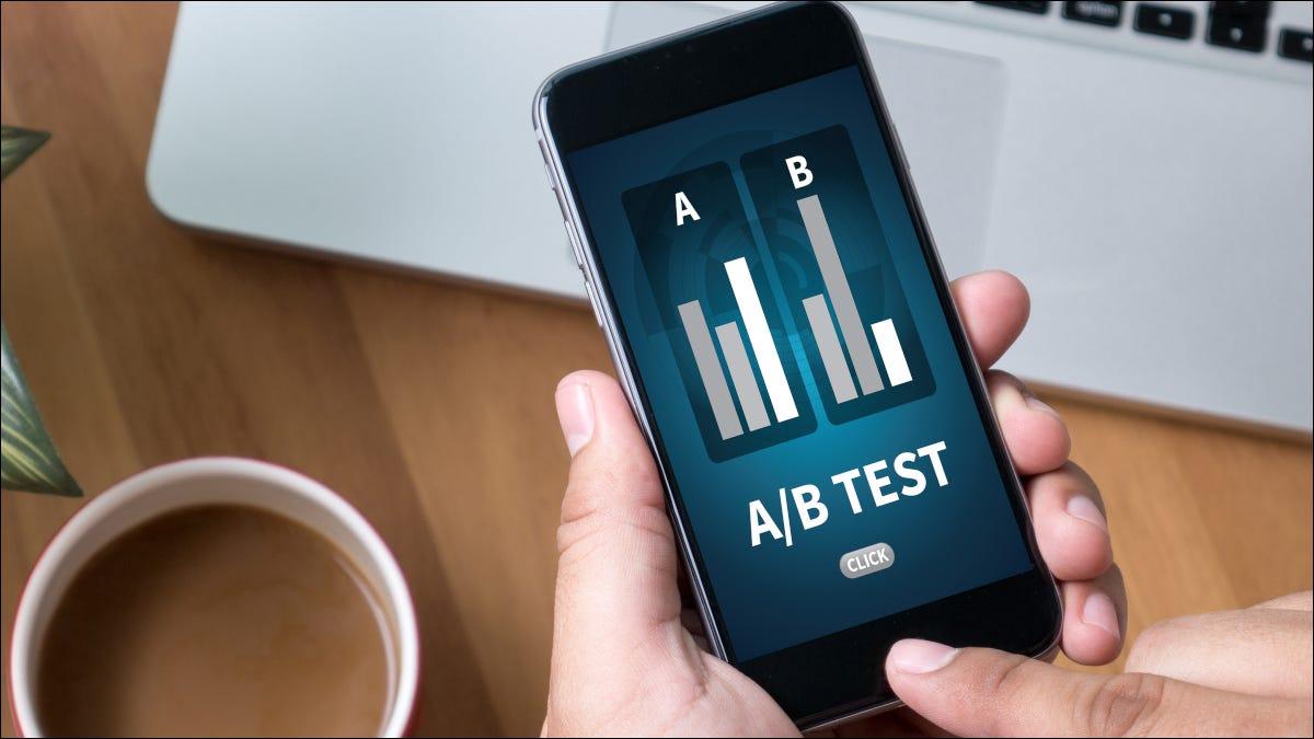 Pruebas A / B en un teléfono inteligente en la mano de una persona