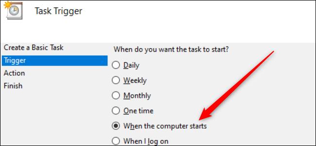 """Un conjunto de botones de opción en Windows 10 con una flecha roja que apunta al """"Cuando la computadora se inicia"""" opción."""