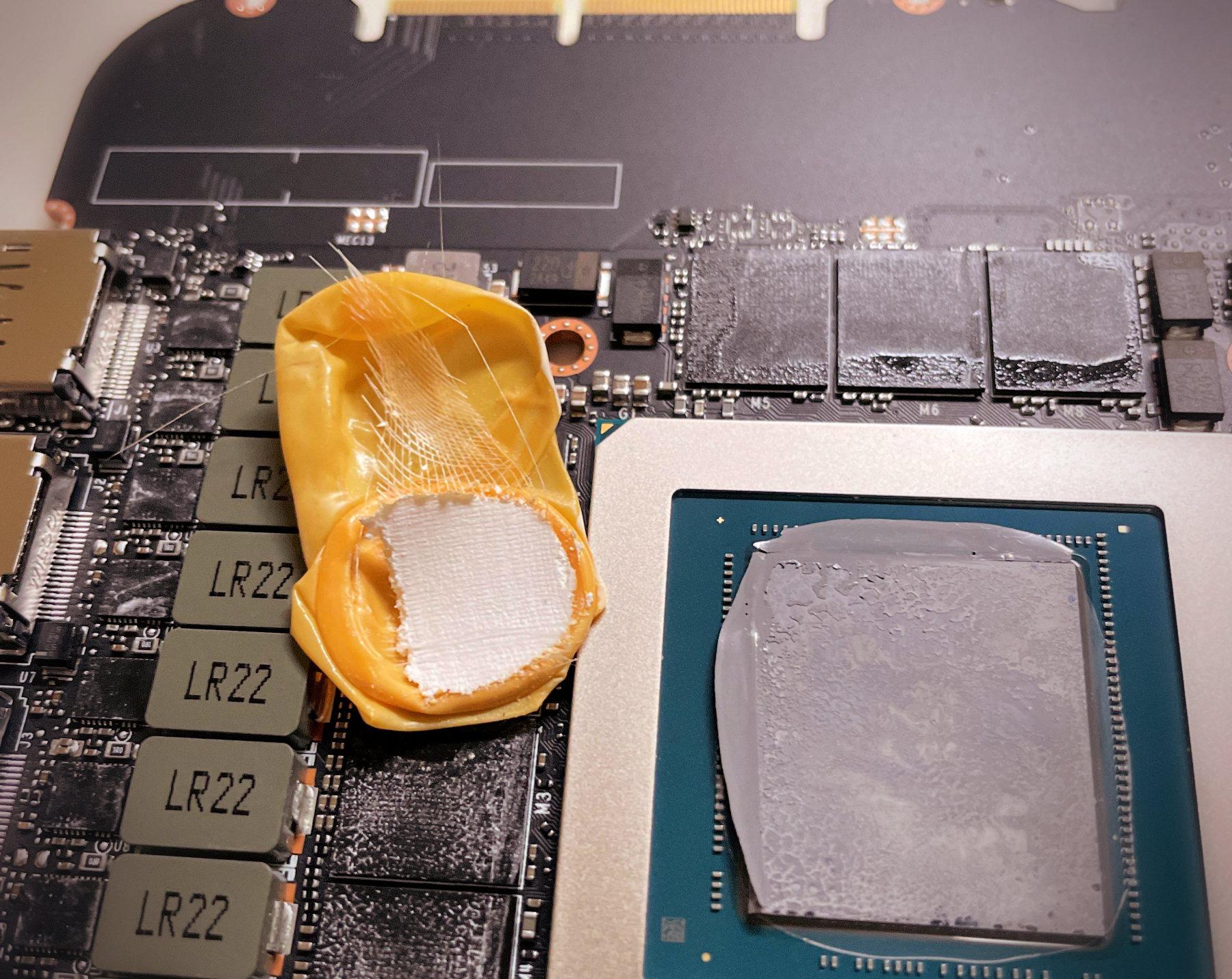 Un jugador encuentra una cuna para dedos debajo de la almohadilla térmica GeForce RTX 3090 Founders Edition