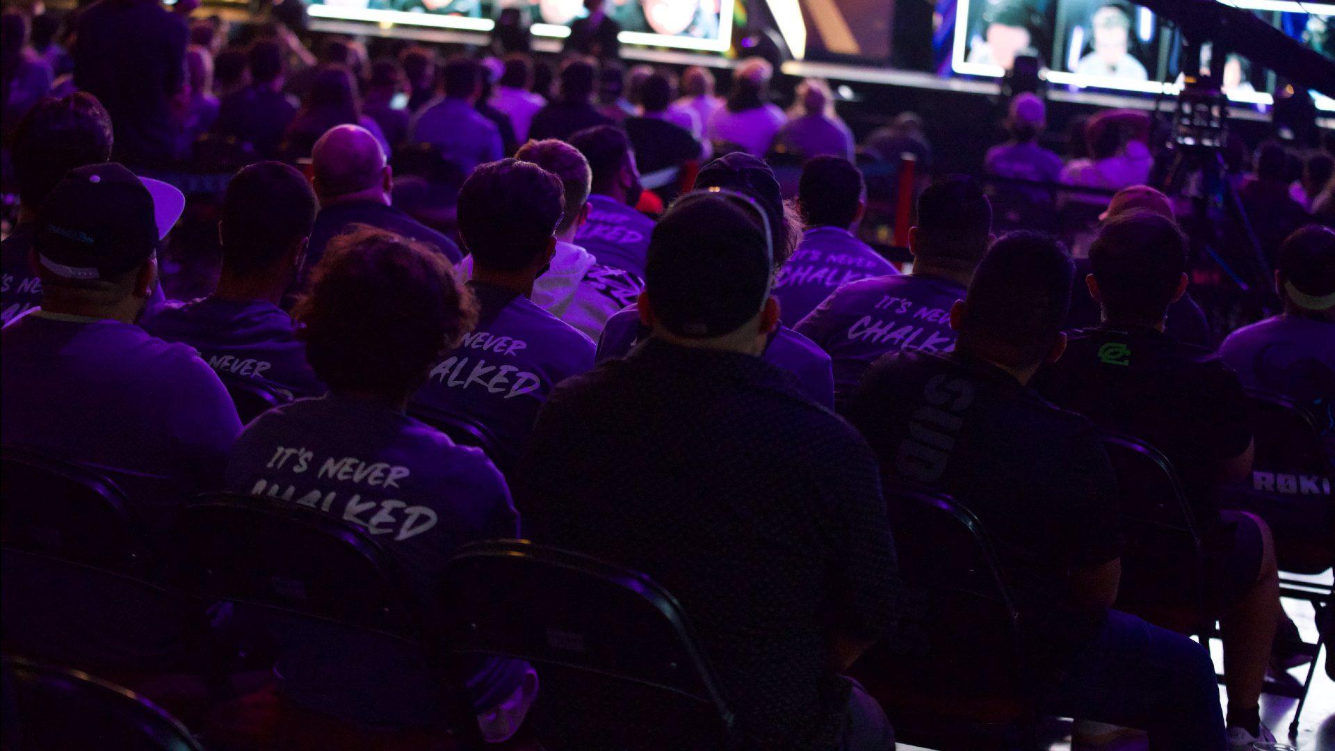 Las camisetas de 'It's Never Chalked' que Minnesota RØKKR estaba entregando a los fanáticos en Champs