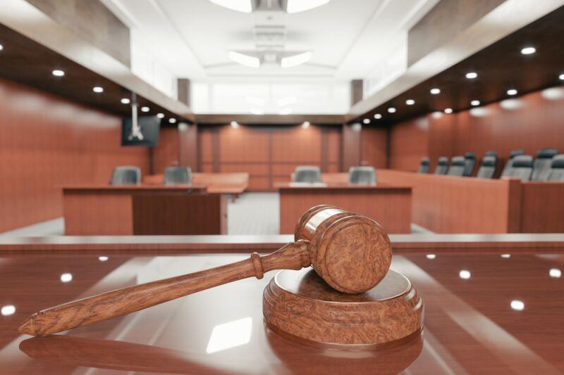 Un martillo y un palco del jurado en una sala de audiencias vacía.