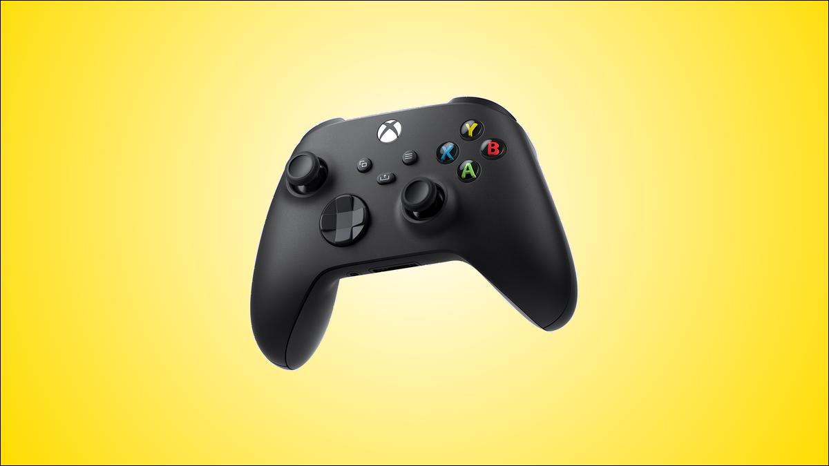 La variante de color negro del mando inalámbrico Xbox, sobre un fondo amarillo.