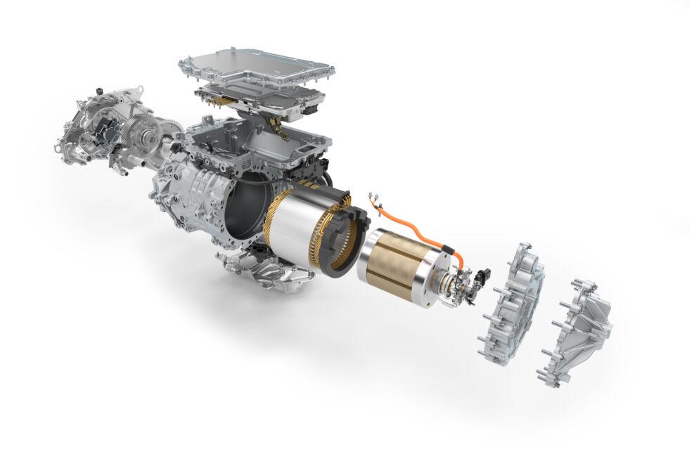 Una vista despiezada de una unidad motriz BMW i4.  BMW se enorgullece de ser un fabricante de motores y diseña y fabrica sus motores eléctricos internamente.