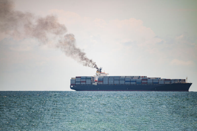 Un buque portacontenedores navega frente a las costas de Tailandia.