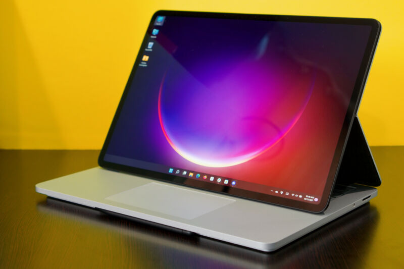 Surface Laptop Studio con su pantalla apareció sobre su teclado.