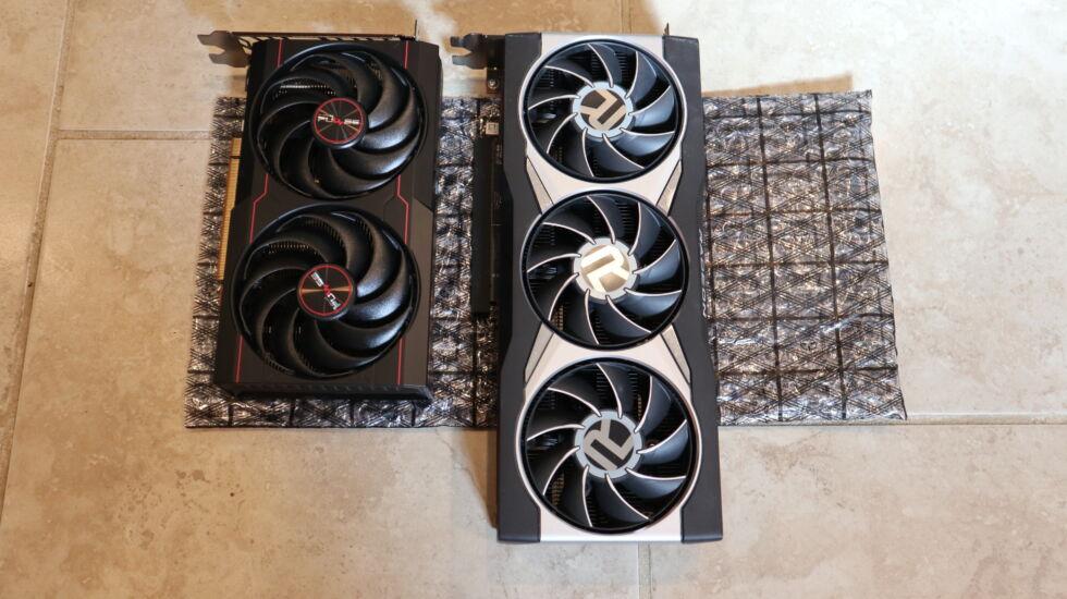 El RX 6600 es más pequeño en comparación con el RX 6800XT.